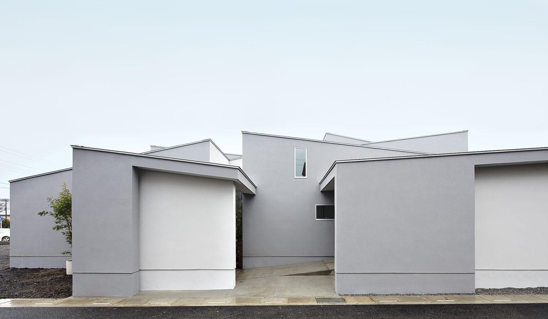 30メートル長の帯状共有空間の両端に個室群を配置した平屋の二世帯住宅 – O邸
